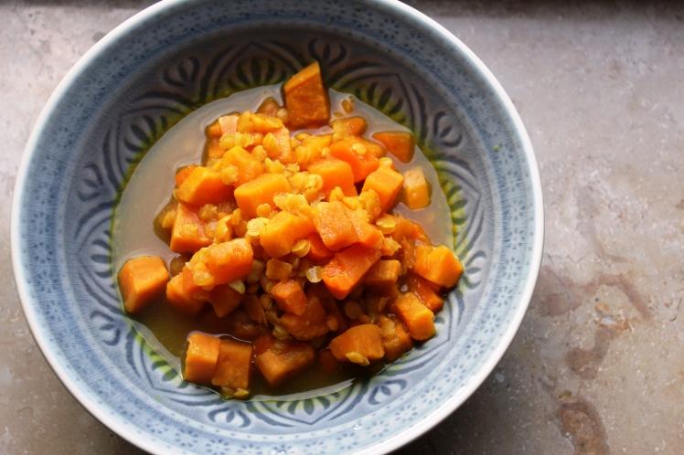 Süßkartoffelsuppe mit Zucchinistreifen, roten Linsen, Kürbiskernen, Kurkuma, vegan und glutenfrei