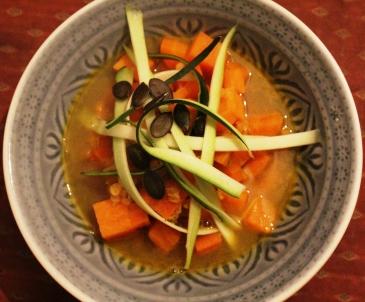 Süßkartoffelsuppe mit Zucchinistreifen, roten Linsen, Kürbiskernen, Kurkuma