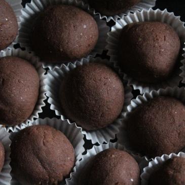 Gesunde Weihnachtsbäckerei: Vegane Weihnachten - einfaches Weihnachtskonfekt-Rezept ohne Backen, Weihnachtskugeln mit Zimt und Kardamom, Konfekt mit Kichererbsen, ohne Industriezucker, natürlich gesüßt mit Datteln
