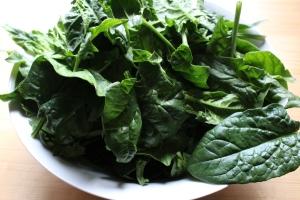Frischer Spinat-Salat mit blanchiertem Spinat und Granatapfel, Räuchertofu und fruchtigem Orangendressing, schnell und einfach zubereitet, regional, Nach dem Sport
