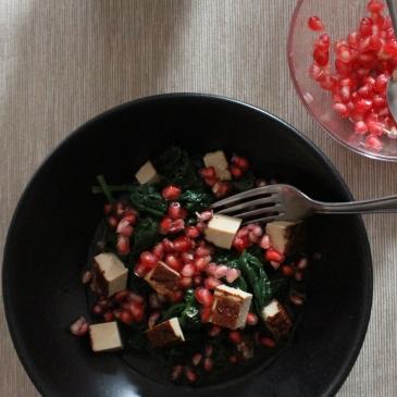 Frischer Spinat-Salat mit blanchiertem Spinat und Granatapfel, Räuchertofu und fruchtigem Orangendressing, schnell und einfach zubereitet, regional