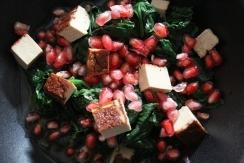 Frischer Spinat-Salat mit blanchiertem Spinat und Granatapfel, Räuchertofu und fruchtigem Orangendressing, schnell und einfach zubereitet, regional, Proteinreich für Veganer, Rezept mit Nährwertangaben, ideal für nach dem Sport und Workout, Fitnessnahrung