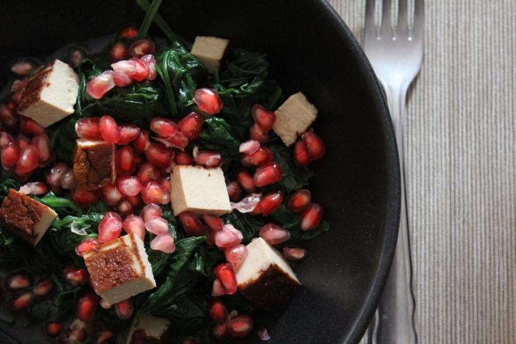 Frischer Spinat-Salat mit blanchiertem Spinat und Granatapfel, Räuchertofu und fruchtigem Orangendressing, schnell und einfach zubereitet, regional, ideal für nach dem Workout
