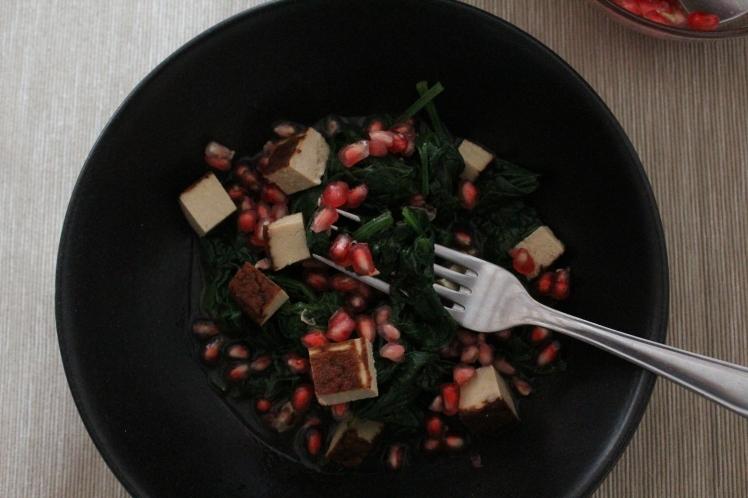 Frischer Spinat-Salat mit blanchiertem Spinat und Granatapfel, Räuchertofu und fruchtigem Orangendressing, schnell und einfach zubereitet, regional, ideale Postworkout-Snack, vegan mit viel Protein