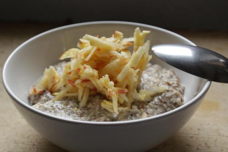Winterfrühstück: Gesunder, veganer Frühstücksbrei mit Buchweizen, Chia-Samen und Leinsamen, Apfel, Zimt und Maroni. Ein absoluter Nährwertbooster, der viel Energie liefert.