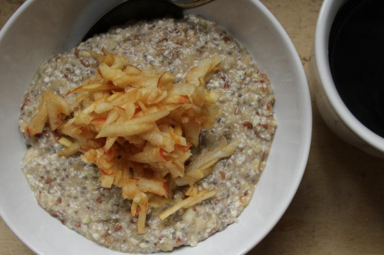 Veganes Winterfrühstück: Buchweizenbrei mit Chia- und Leinsamen, Maronen, Zimt und Apfel. Für ein gesundes und glutenfreies Frühstück.