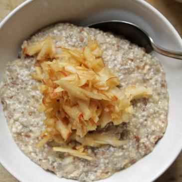 Gesundes glutenfreies, veganes Frühstück mit Buchweizen, Chia-Samen und Maronen, Ballaststoffreich mit vielen Nährwerten. Ein veganer Frühstücksbrei
