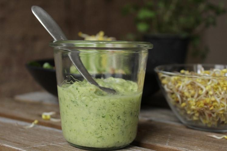 Cremiges Avocadodressing für einen Salat, der wirklich sättigt. Schnell und einfach zubereitet, vegan, glutenfrei und lecker mit vielen frischen Vitaminen zur natürlichen Stärkung des Immunsystems
