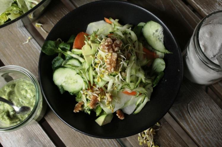 Veganer Salat mit frischen Rohkostzutaten; Feldsalat sorgt für eine pflanzliche Eisenzufur, ideal zum Entgiften während der Detoxkur